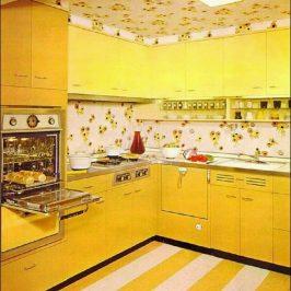 Foto de cozinha amarela dos anos 70